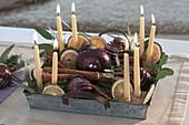 Schneller Adventskranz auf Zinktablett : Kerzen in Sand