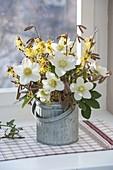 Winter - Straeusschen mit Helleborus niger (Christrosen), Zweigen