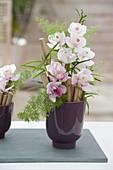 Orchideen - Gesteck mit Stücken von Bambus als Steckhilfe