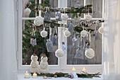 Weihnachtsdekorationen mit weissen Wollkugeln
