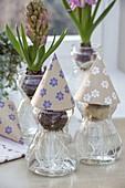 Hyazinthenhuetchen aus Packpapier mit Blumenaufdruck selbermachen