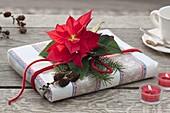 Buch als Weihnachtsgeschenk in Geschirrtuch verpackt