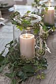 Einmachglas als Windlicht mit Ranken von Hedera (Efeu)