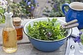Wildkraeutersalat mit Öl und Balsamico