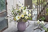Pastell-farbener Strauss mit Tulipa (Tulpen), Narcissus (gefuellten Narzissen