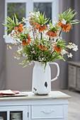 Strauss aus Fritillaria imperialis 'Aurora' (Kaiserkrone) und Amelanchier