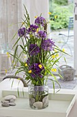 Stehstrauss mit Allium 'Purple Sensation' (Zierlauch), Gräsern