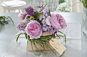 Kleiner Duftstrauss aus Rosa (Rose) und Syringa (Flieder) mit Manschette