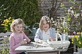 Kinder basteln und bemalen Ostereier