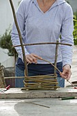 Pflanzkübel mit selbstgemachten Flechtelementen verkleiden