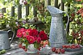 Kleiner Strauss aus essbaren Zutaten : Rosa (Rosen), Johannisbeeren
