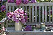 Strauss aus frisch geschnittenen Blüten von Hydrangea (Hortensien), Cosmos