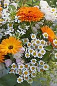 Orange - weisser Strauss mit Ringelblumen