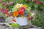 Strauss aus essbaren Blüten und Kräutern