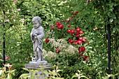 Steinfigur 'Junge mit Umhang' auf Säule