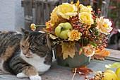 Gelber Herbststrauss mit Quitten (Cydonia), Rosa (Rosen, Hagebutten)