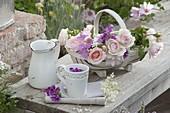 Korb mit frisch geschnittenen Blüten für Tee