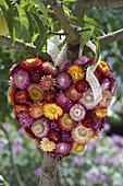 Gestecktes Herz aus Strohblumen