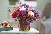 Herbststrauss aus Rosa (Rosen, Hagebutten) und Aster (Herbstastern)