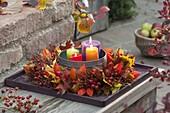 Herbstkranz aus Physalis (Lampions), Rosa (Hagebutten) und Blättern
