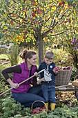 Frau mit Kindern bei der Apfelernte