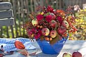 Herbstlicher Fruechtestrauss mit Äpfeln und Zieraepfeln (Malus), Rosa