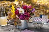 Herbststrauss aus Rosa (Rosen, Hagebutten), Dahlia (Dahlien), Malus