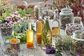 Getrocknete und frische Kräuter und Blüten für Tee oder zum einlegen
