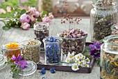 Gläser mit getrockneten Blüten für Tee