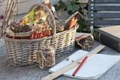 Korb mit Samen aus eigener Ernte , Block, Lineal und Bleistift für die Planung