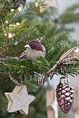 Weihnachtsbaum mit Vögeln und Sternen aus Birkenrinde