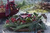 Windlicht in Kranz aus Pinus (Seiden-Kiefer), Ilex (Rote Winterbeere