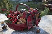 Roter Spankorb mit weihnachtlichem Dekomaterial : Ilex (Rote Winterbeere