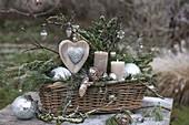 Weihnachtsgesteck in Korbkasten mit Zweigen von Juniperus (Wacholder)