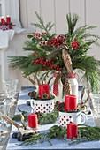 Weihnachtliche Tischdeko mit Strauss aus Ilex (Roter Winterbeere), Pinus