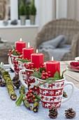 Kaffeebecher mit Weihnachtsdekor als ungewöhnlicher Adventskranz