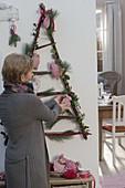 Stilisierter Tannenbaum Hartriegelzweigen als Adventskalender