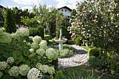 Springbrunnen im gepflasterten Rondell