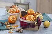 Weihnachtliche Deko mit Orangen, Zitronen (Citrus), Apfel (Malus), Ingwer