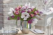 Strauss mit gefuellten Tulipa (Tulpen) und Magnolia soulangeana (Magnolien)