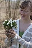 Frau mit Straeusschen aus Anemone nemorosa (Buschwindröschen)