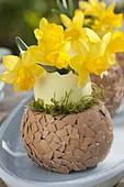 Eierbecher aus Trockensteckmasse und Eierschalen selbermachen