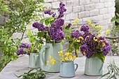 Straeusse aus violettem Syringa (Flieder) und Ranunculus acris