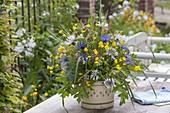 Wiesenstrauss mit Ranunculus (Hahnenfuss, Butterblumen), Centaurea