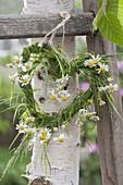 Maiengruen : Herz gewunden aus aus Gras , dekoriert mit Blüten von Kamille