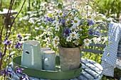 Wiesenstrauss in Terracotta-Vase : Leucanthemum (Margeriten), Centaurea