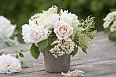 Kleiner Strauss aus Rosa 'New Dawn' (Kletterrosen) und Blüten von Holunder