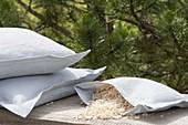 Zirbenkissen sind Kissen, die mit Spänen der Zirbelkiefer (Pinus cembra)