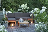 Terrasse mit weissen Pflanzen, Lounge-Ecke und Tisch, Hydrangea 'Annabelle'