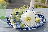 Dahlia 'My Love' (weiße Kaktusdahlie) und Fenchel - Blüten (Foeniculum)